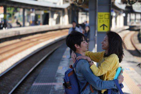 陳妤、曹佑寧、林映唯主演電影「可不可以,你也剛好喜歡我」,陳妤最後追著火車跑的畫面,讓許多觀眾淚流不止,她透露是拍這部電影的一大挑戰,必需忍笑演出,但也大讚台灣鄉親超有人情味,「因為火車裡的乘客真的...