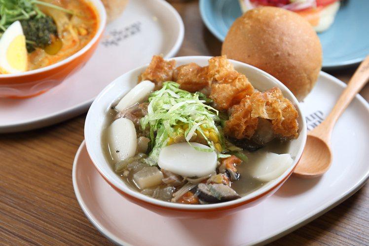 以肉骨茶為設計基礎的「新加坡胡椒風味排骨湯」,每碗250元。記者陳睿中/攝影
