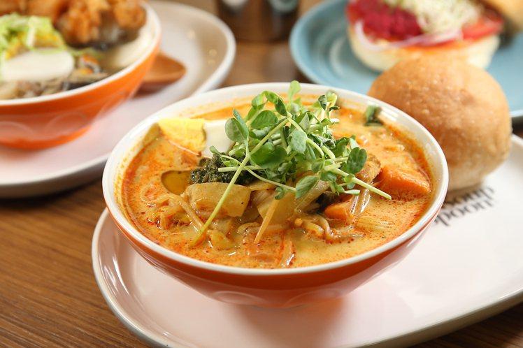 添加有通心粉、馬鈴薯與多種蔬菜的「新加坡叻沙風味雞湯」,單點價250元。記者陳睿...
