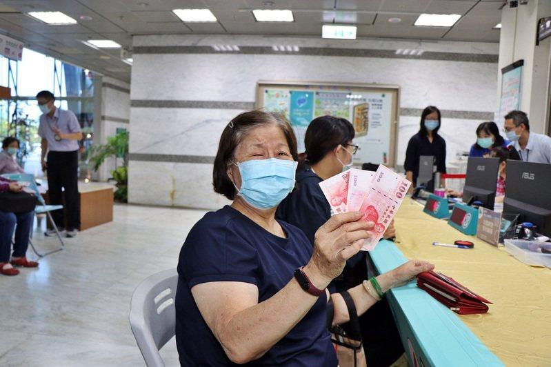 嘉義市府推「滿千送百」活動,市民昨天一早就帶發票到市府領現金。圖/嘉義市府提供