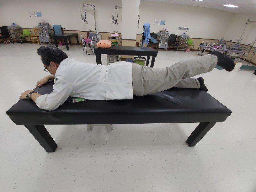 (圖2)簡易背部肌力訓練。圖/鄭彥昌提供