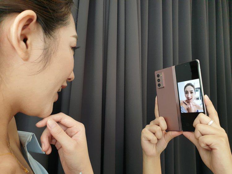 Samsung Galaxy Z Fold2可開啟雙螢幕預覽(Dual Prev...