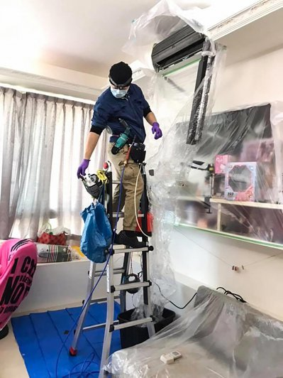 柯嘉彥創立「飛仕特冷氣」,他曾到日本學習冷氣現場清洗技術、職人精神,創業後南北兩地都有他的客戶。記者王敏旭/攝影