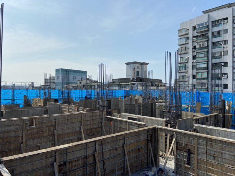 2018年動工的斯文里三期現今僅蓋到6樓,預計明年底完工。圖/北市更新處提供