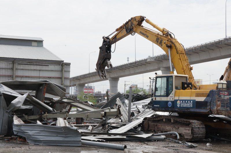 新北工務局8月3日起進場到五股垃圾山執行第4階段違建拆除作業,預計年底拆完160件,但有業者自拆違建,目前共拆除50件。圖/新北市工務局提供
