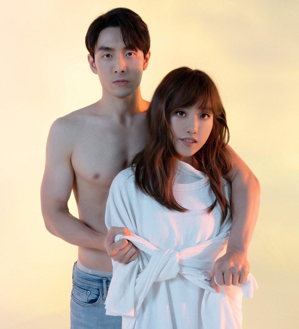 管麟(左)裸身與蔡佩軒合拍MV。圖/索尼音樂提供