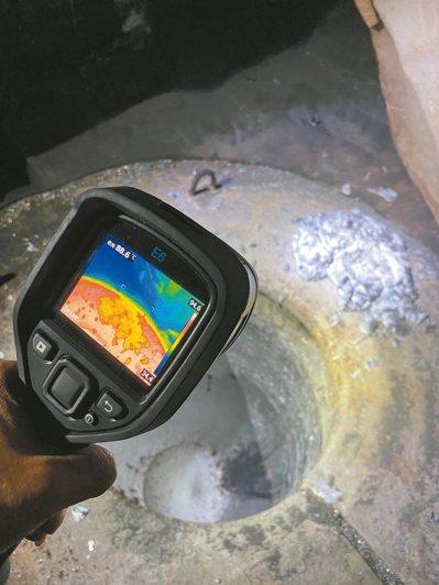 新北環保局破獲非法煉鋁工廠,作業區在熱顯像儀顯示仍有100度以上的餘溫。圖/新北環保局提供