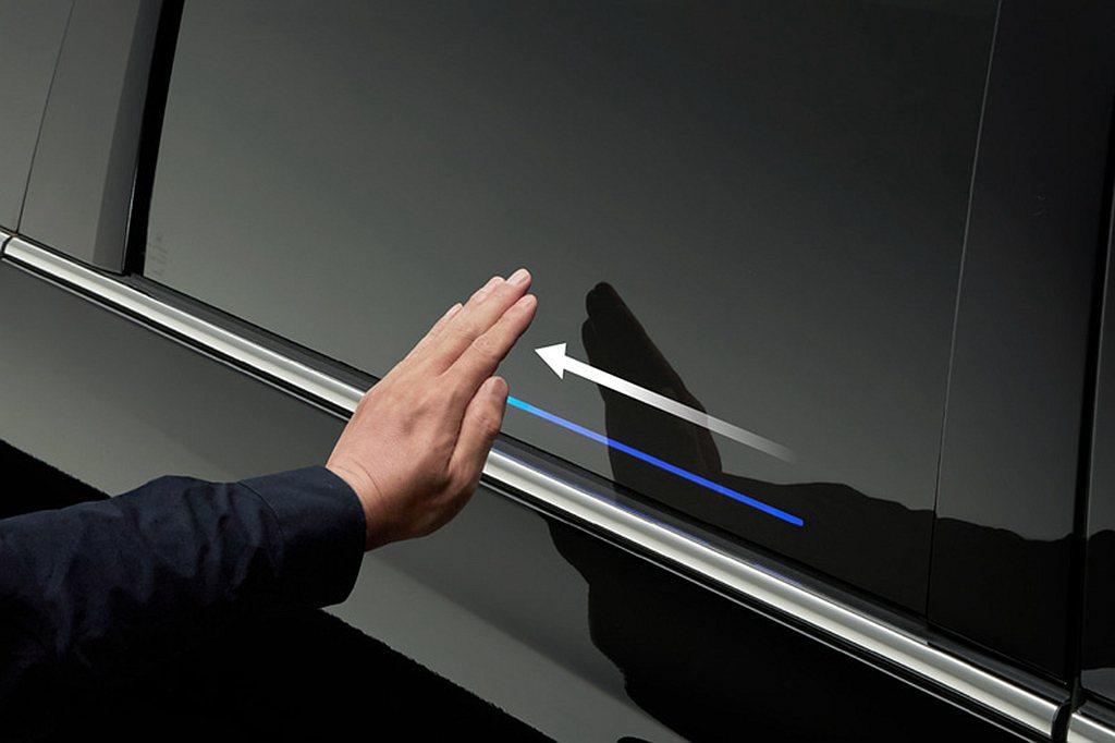 導入日系MPV首見的手勢控制感應側滑門,無須實際觸碰,只要在感應位置透過手勢滑動...
