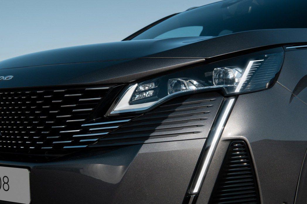 3008換上和208、508同樣的家族化獠牙LED日形燈條。 摘自Peugeot
