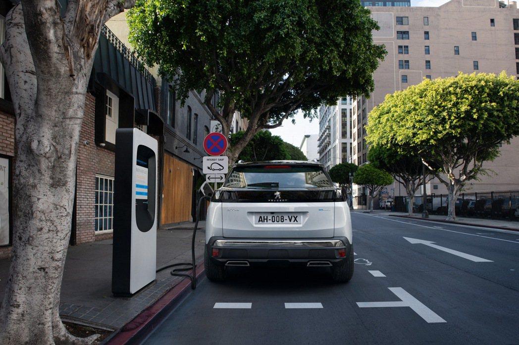 Peugeot 3008 Hybrid4 純電行駛里程可超過50km。 摘自Pe...