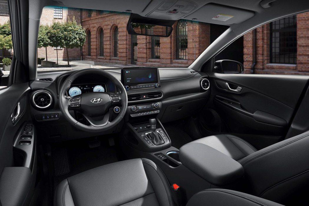 小改款Hyundai Kona內裝換上雙10.25吋的數位儀表與中控螢幕。 摘自...
