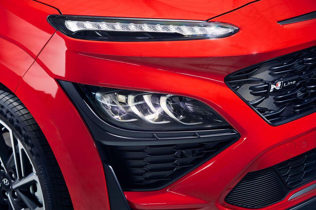 Hyundai Kona N Line在前保桿與輪拱上皆使用了與車身塗裝相同的配...