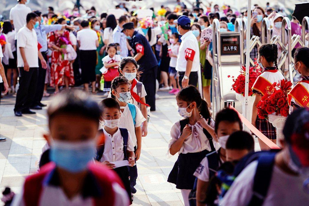 根據武漢市教育局,武漢共有2,842間中小學與幼稚園、近140萬名學子,在周一迎...