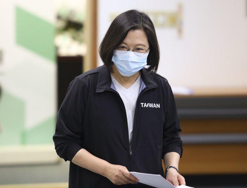 新版護照封面今天公布,總統兼民進黨主席蔡英文說,她相信這能強化護照的辨識度,也強化台灣的元素,保障國民便利與旅行安全,請大家多多支持。 中央社