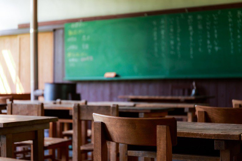 單親媽媽在聯絡簿上發現,孩子開學剛分班,就被前座同學叫「乞丐」。 圖/pakutaso