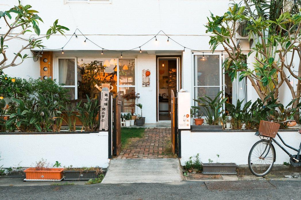紅氣球書屋有著綠意盎然的庭院及潔白的建築外觀。 圖/黃銘彰攝影