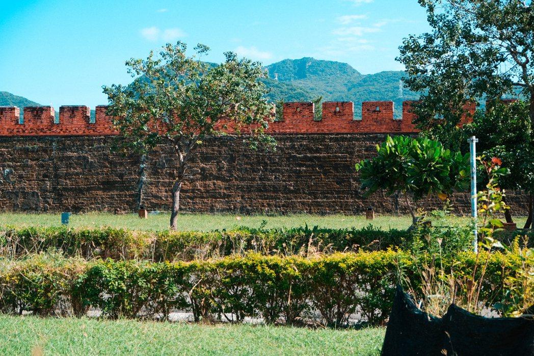 紅氣球書屋就位在擁有百年歷史恆春北門古城牆旁。 圖/黃銘彰攝影