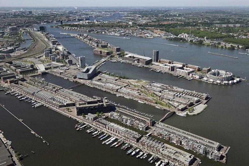 阿姆斯特丹的Eastern Docklands都市再開發案例。此地區原為傳統的港口碼頭棕地,於1989年啟動再開發,設定再生方向為building for the market,強調吸引中產家庭的再生策略,透過市府、住宅協會及私人開發商的公私合作、財務交叉補貼模式,除商業、公共設施外,提供約5,600住宅單位,其中50%為社會住宅、50%為各類型市場住宅。 圖/阿姆斯特丹住宅法人聯盟