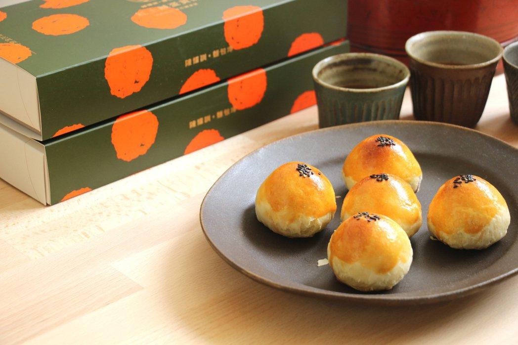 蛋黃酥外皮烤色漂亮、酥皮爽脆、內餡細膩雅致。 圖/陳耀訓・麵包埠提供