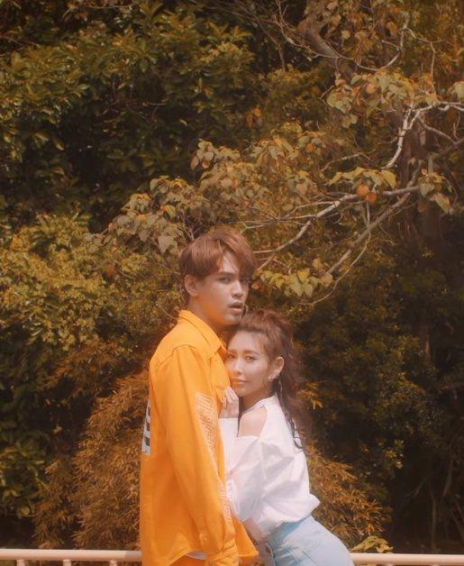 愷樂(右)跟陳零九甜蜜對唱。圖/摘自YouTube