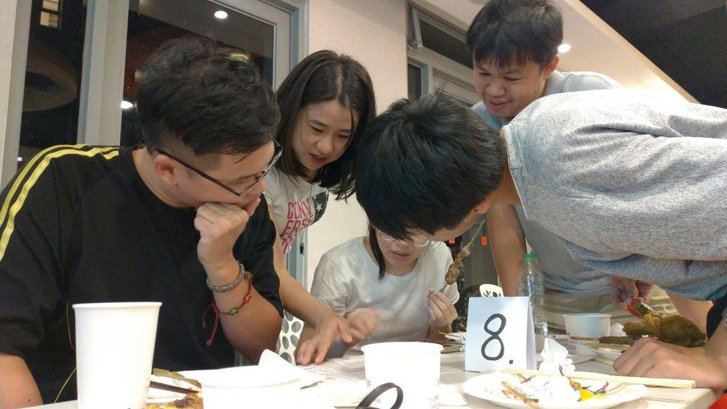 簡季婕(左二)與團隊夥伴一同討論(來源:若水 Flow 粉絲專頁)
