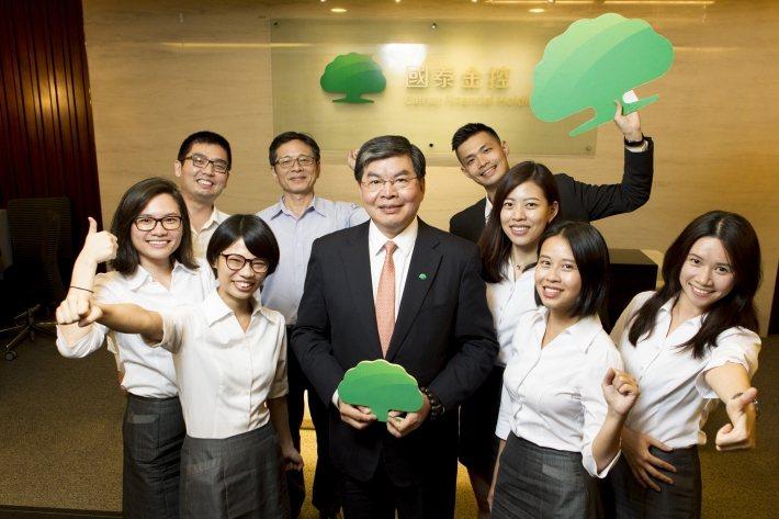從兩個人到一整個部門,呂盈潔(前排左二)隨國泰的企業永續部門一起成長(來源:呂盈...