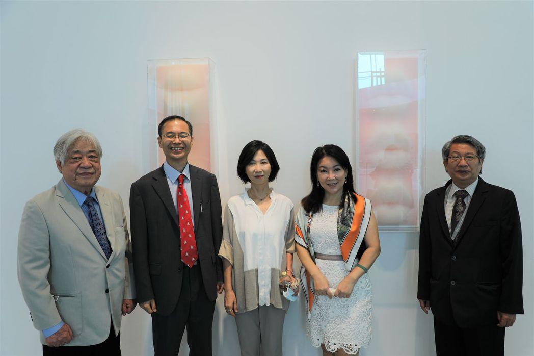 姜永勳代表對來自韓國藝術家洪祥植〈吸吮〉系列作品深感興趣。  南美館 提供