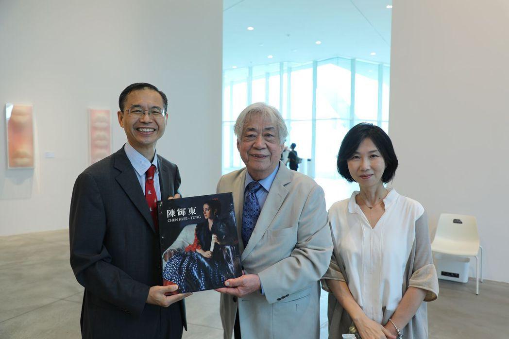 姜永勳代表開心接受南美館榮董陳輝東贈送畫冊。  南美館 提供
