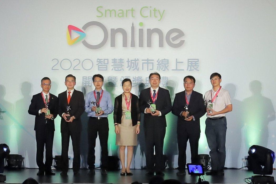 經濟部長王美花頒發第五屆系統整合輸出獎。 彭子豪/攝影