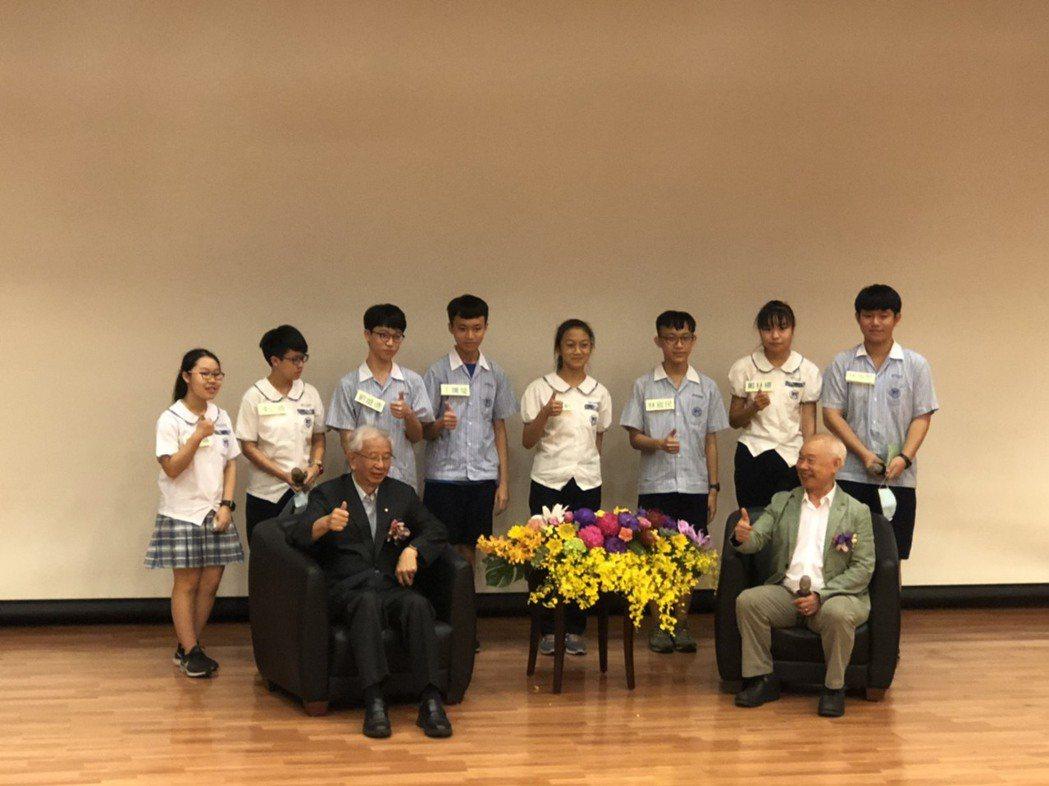前中研院院長李遠哲與三民國中學生在台上會談結束後的大合照合影。 呂政道/攝影