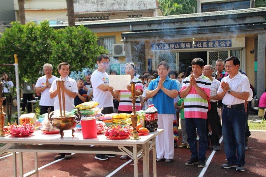 中原大學與田寮社區為孩子們重現「收割祭」祭祀天地的傳統環節。 中原大學/提供