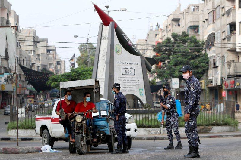 以色列和哈瑪斯同意停火,巴勒斯坦警察1日在加薩市加強盤查。(路透)