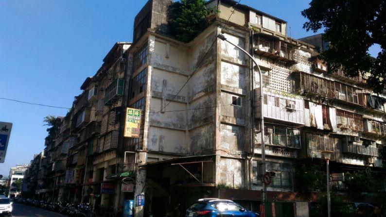 大同區斯文里三期尚未都更前,舊有房屋破損不堪、違建情況嚴重。圖/北市更新處提供