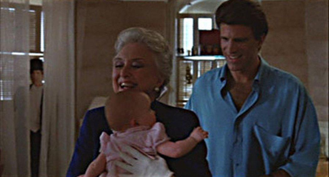 「三個奶爸一個娃」這一幕掀起「鬼影入鏡」的熱烈討論。圖/摘自YouTube