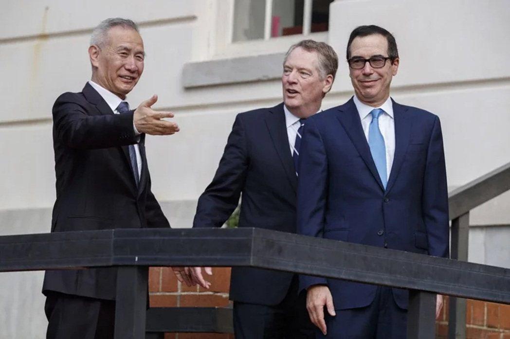 美中貿易談判代表日前通話順利,稱第一階段協議取得進展。圖左至右分別為中國國務院副...