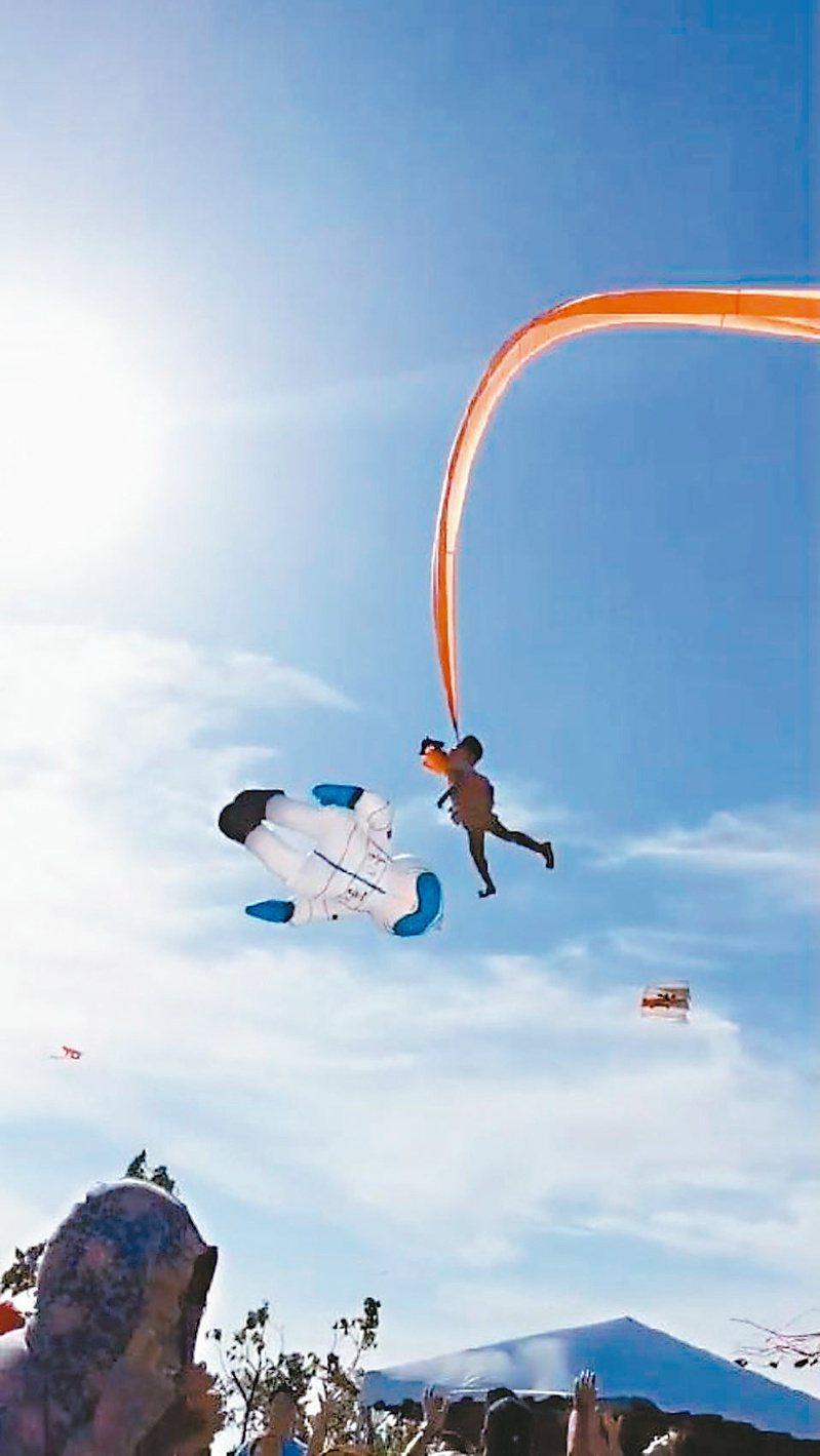 三歲女童觀賞糖果風箏時,現場忽然刮起強風,尾巴細長的「領航」風箏不慎纏上女童肚子,將她直捲上天。記者王駿杰/翻攝