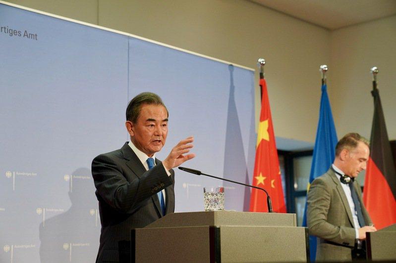 德國外長馬斯與中國外長王毅(圖)會晤後,暗指捷克參院議長訪台是「捍衛歐洲的價值」,並當面反駁中國的威脅。中新社