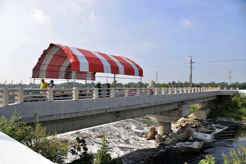 該路是許多農民的必經要道,新橋落成後有如開通大家的「通財之道」。圖/雲林縣政府提供