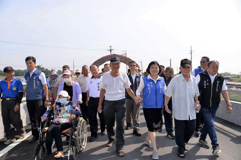 雲林縣長張麗善牽著在地耆老一同見證草湖二號橋通車。圖/雲林縣政府提供