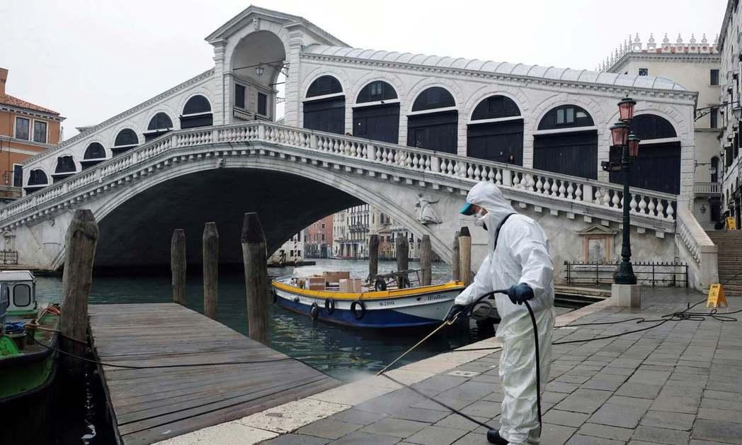 威尼斯影展開幕在即,工作人員在全城個著名景點都加強消毒。圖/路透資料照片