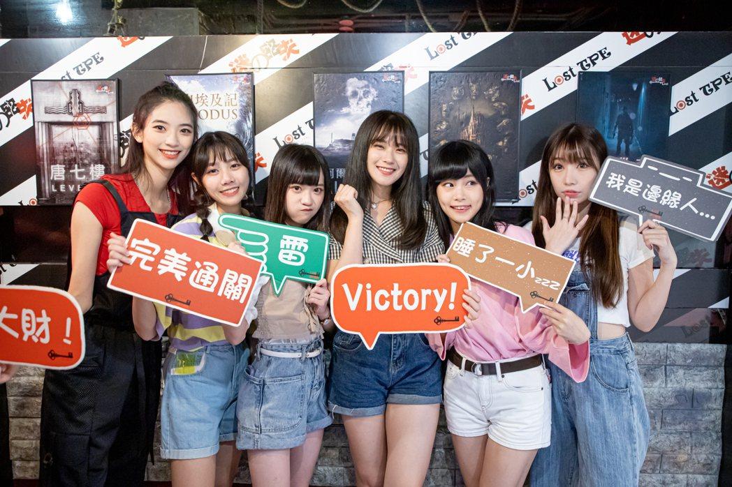 女團「AKB48 Team TP」成員袁子筑(左起)、蔡亞恩、邱品涵、劉語晴、周...