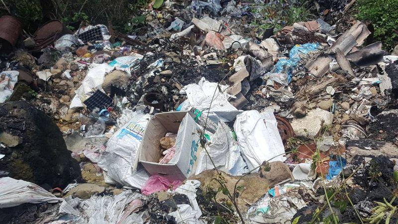 嘉義縣番路鄉草山村偏遠山區日前被發現大量「垃圾瀑布」,現場惡臭難聞。圖/嘉義縣政府提供