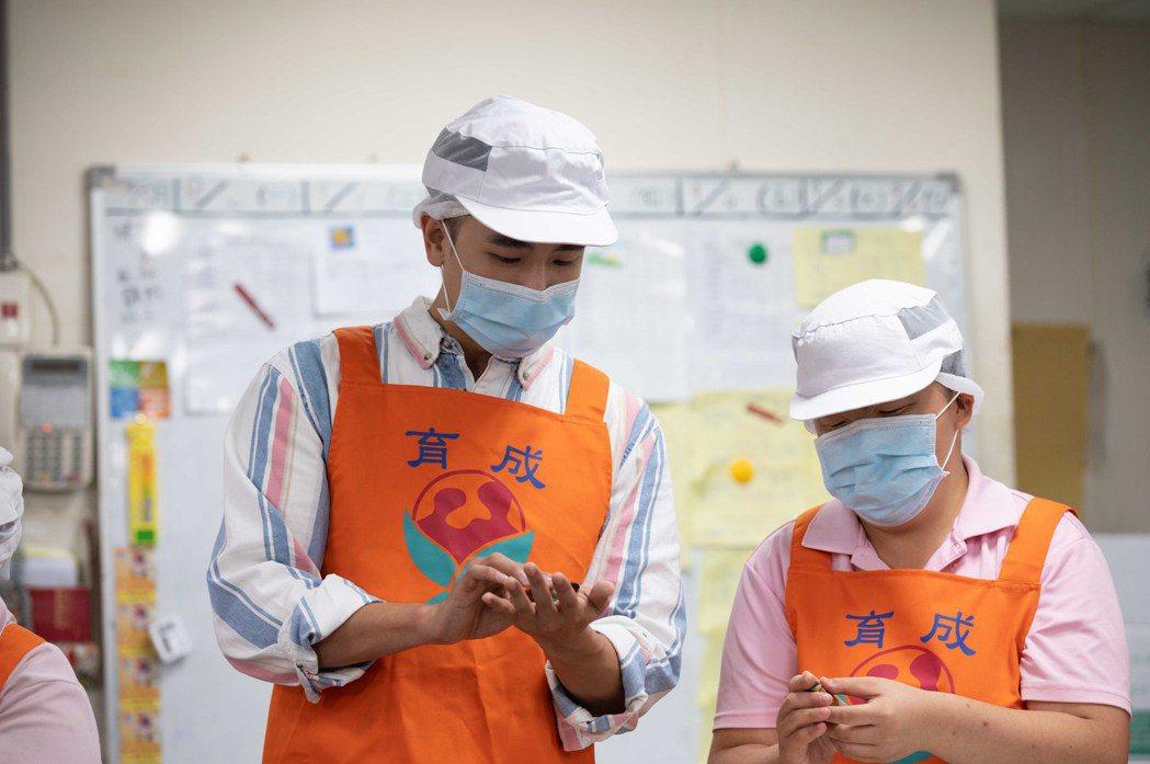 陳謙文(左)和小天使一起動手做月餅。圖/TVBS提供