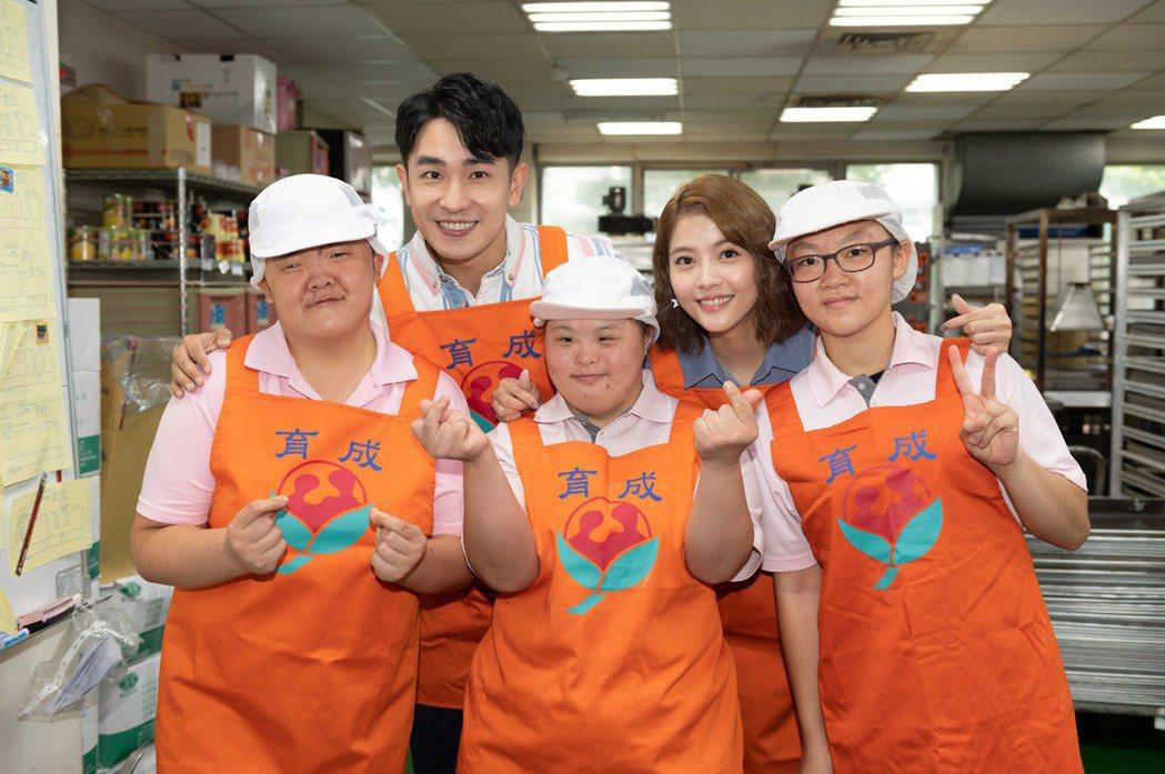 陳謙文(後左起)、王樂妍與小天使合影。圖/TVBS提供