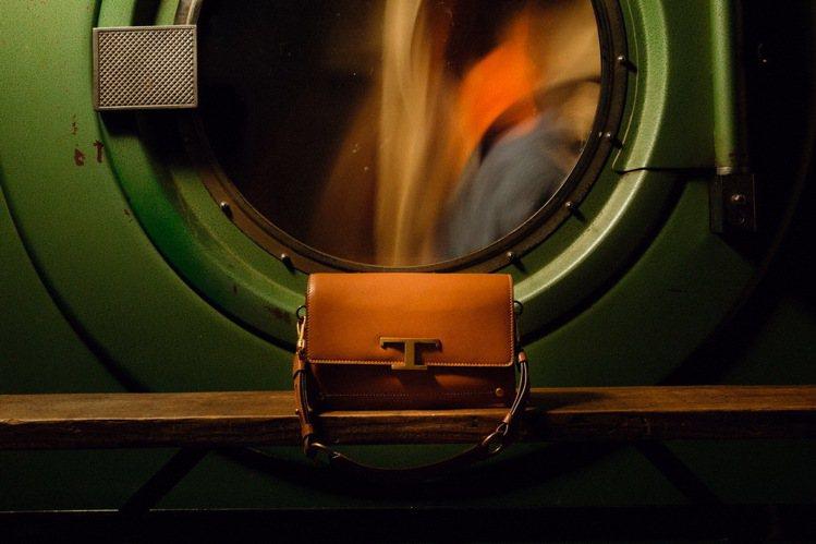 TOD'S Timeless 橘紅色肩背包,73,600元。圖/迪生提供