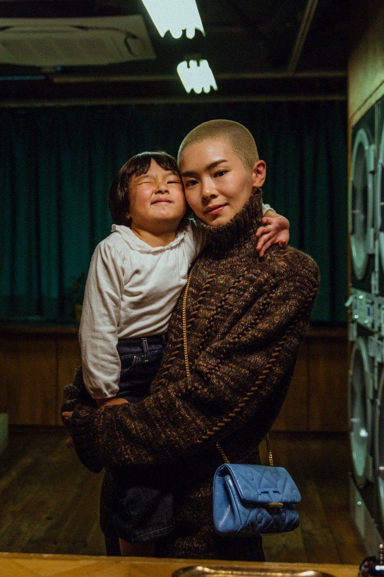 在日本新晉導演山田智和的鏡頭下,榮倉奈奈與洗衣店的客人都穿上新任創意總監Walt...