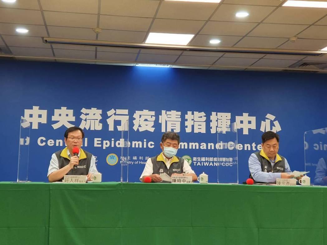 衛生福利部部長陳時中(中)今下午於中央流行疫情指揮中心例行記者會回應醫材極端值爭...