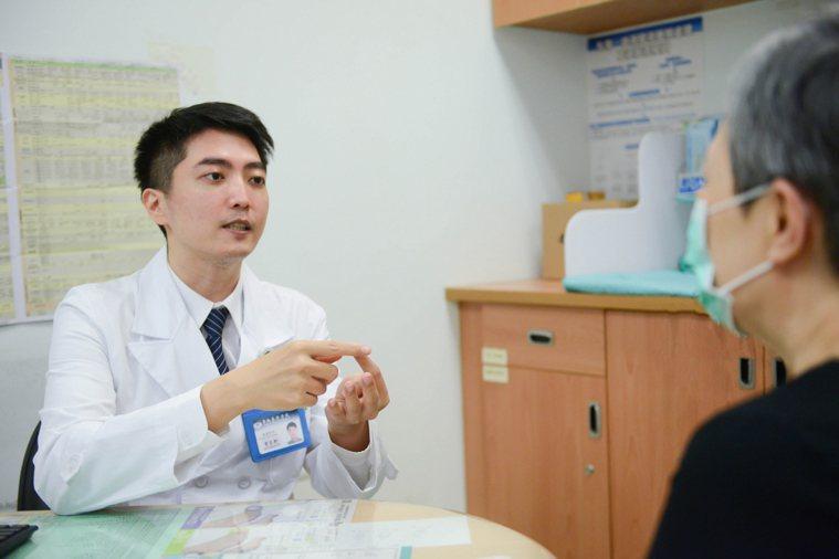 整形外科醫師李京軒(左)表示,治療皮膚撕脫傷首要原則為保留皮瓣及保持周邊組織健康...