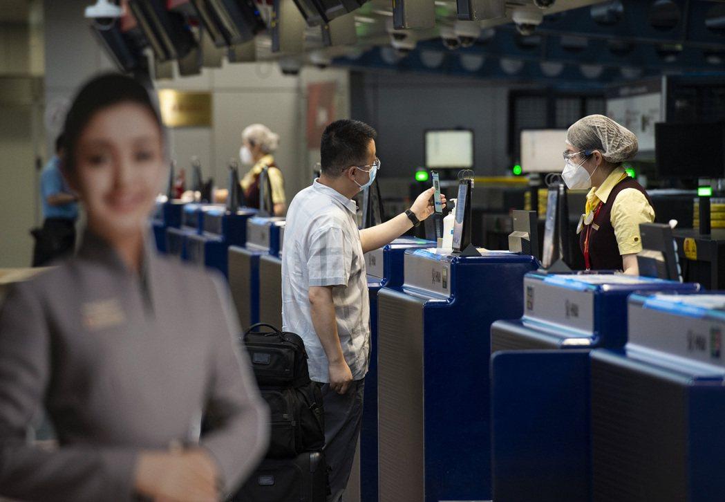 圖為北京首都國際機場登機櫃臺早前景象。中新社