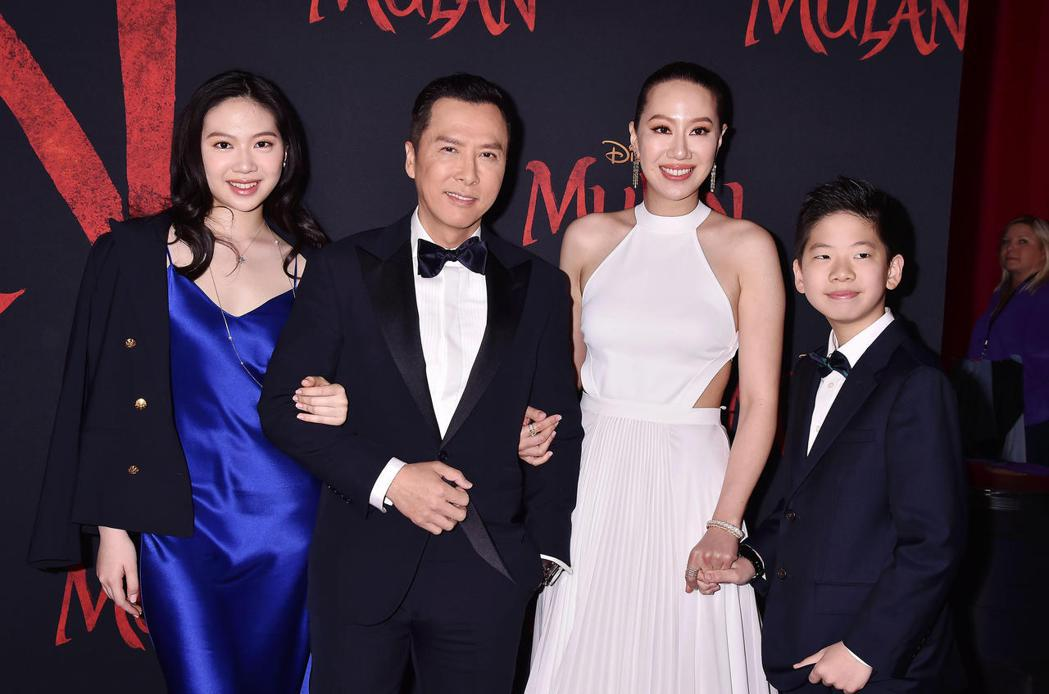甄子丹與妻兒一起欣賞「花木蘭」首映。圖/達志影像